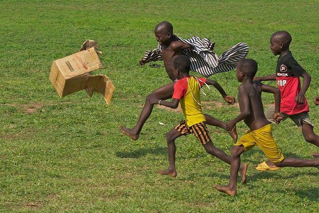 """""""Futebox"""" em Gana. O futebol respira! Esse é o espirito do esporte, quebrar barreiras e incluir pessoas, mesmo que as condições não sejam das melhores.. Belo registro."""
