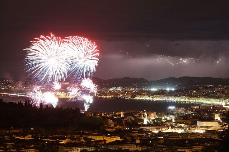 Dieses Foto entstand vor dem Anschlag in Nizza: Mit einem Feuerwerk wurde in der französischen Stadt der Nationalfeiertag zelebriert. Inzwischen hat Präsident François Hollande eine Sitzung der für Sicherheit und Verteidigung zuständigen Minister anberaumt. Das Sicherheitskabinett soll am Freitag um 9 Uhr zusammenkommen.