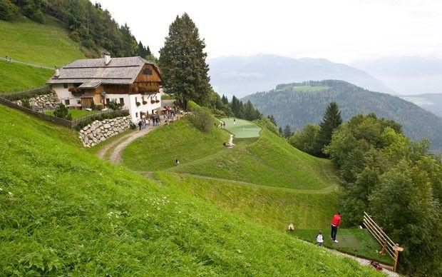 Em meio à Natureza, na vila de San Lorenzo di Sebato nas Dolomitas, Alpes italianos. Chalé do século XVI.  Fotografia: Divulgação.  http://casavogue.globo.com/LazerCultura/Hoteis/noticia/2014/02/luxo-e-natureza-nos-alpes-italianos.html