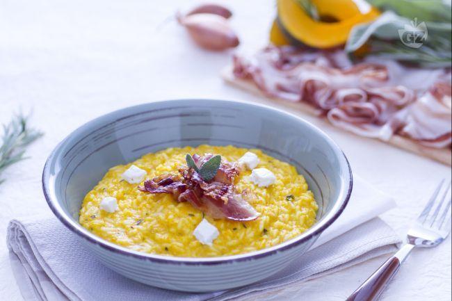 Il risotto alla zucca con robiola e pancetta croccante è un primo piatto caldo molto gustoso e ricco a base di zucca, formaggio morbido e carne.