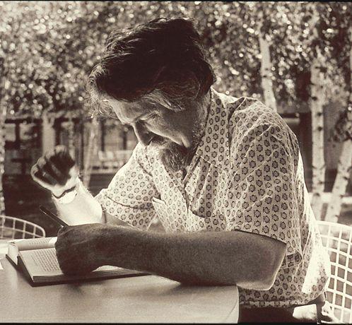 Clifford James Geertz (1926– 2006)                                                                                                                                                                                 Más