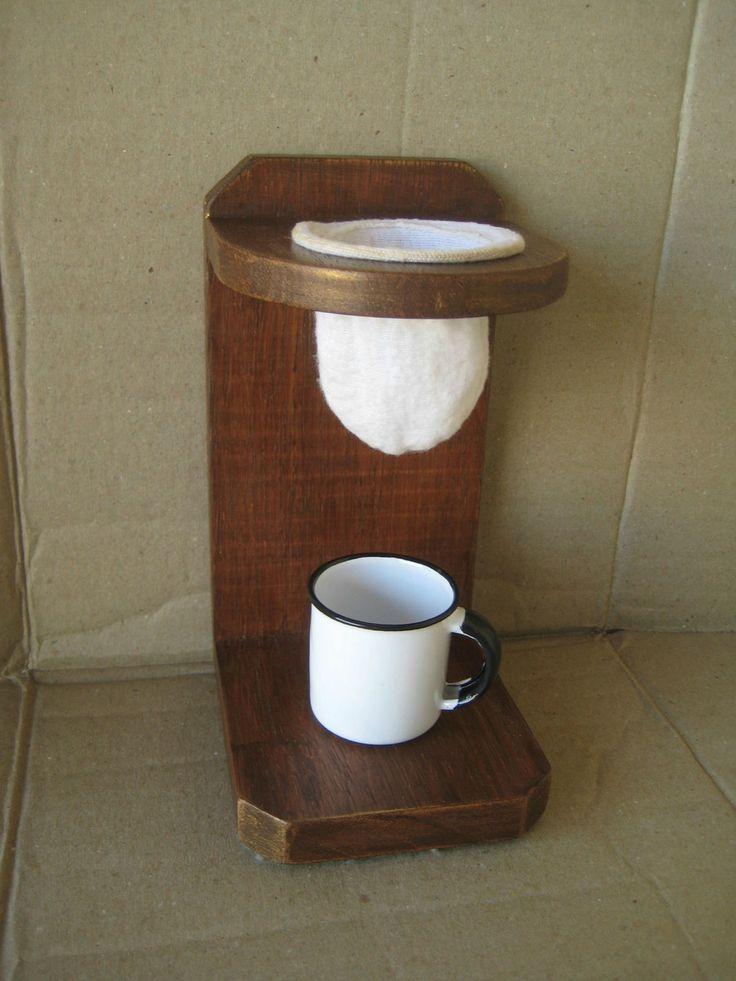 Coador de Café composto por um suporte de madeira escurecida com acabamento encerado e um filtro de pano. A xícara não acompanha. Obs.: Vão livre entre o coador e a base 9 cm. Ler políticas da loja.