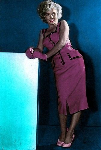 MM in a pink black summer sundress sheath dress pencil sexy vintage 50s era color photo print ad model icon Moda anni '50, abito con tubino rosa indossato da Marilyn Monroe