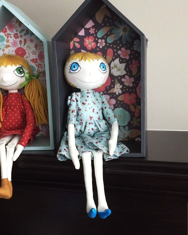 Love painting and decoupaging those house shelves! Dolls look so nice in them. You can hang it on the wall or have it on the bookshelf. * *…