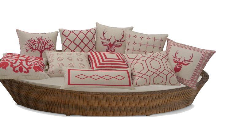 Sua sala ou quarto ficam mais aconchegantes com almofadas da Luisa Decor. São sofisticadas pois mudam o ambiente de uma forma especial. Confira preços e condições especiais em nossa loja online. #almofadas #decoração #decor #promoção #luisadecor
