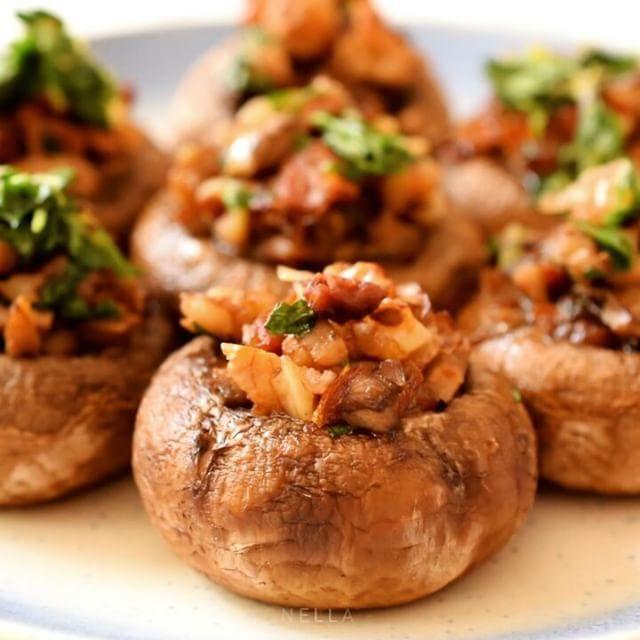 Easy vegan stuffed mushrooms with Mediterranean flavours. Great party finger food! Link to recipe in profile. ----------------------- Champiñones rellenos veganos con sabores del Mediterráneo. Perfecto para tu proximo picoteo! Para la receta en español haz clic en el enlace en mi profil, luego en la foto y la banderita española en el menú. #vegetarian #vegetariano #vegan #vegano #comida #comidavegana #foodstagram #recetas #govegan #cocina #comidasana #veganuary #whatveganseat #veganrecipes…