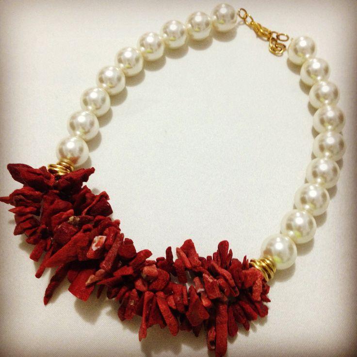 Perlas y coral by Luz Marina Valero