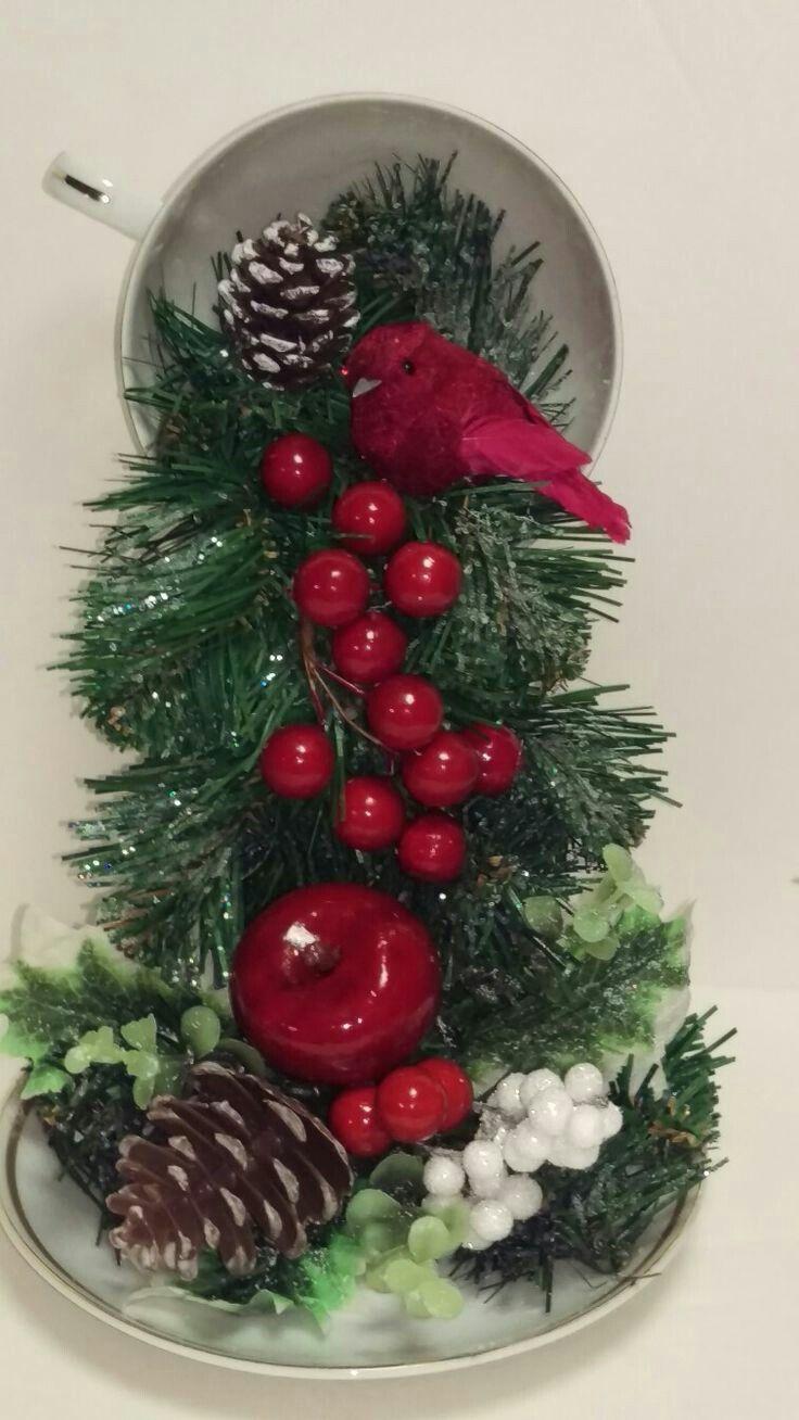 Reutiliza tus viejas tazas y platos para crear un fantástico adorno navideño que puede ser el perfecto centro de mesa para esta temporada!!...