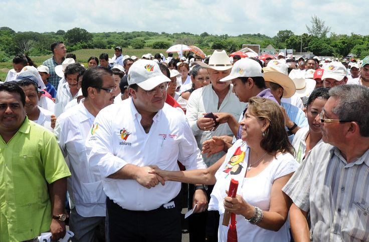 El gobernador Javier Duarte de Ochoa fué recibido muy cálidamente por los presentes que se dieron cita para ser testigos de la  entrega del puente Prosperidad