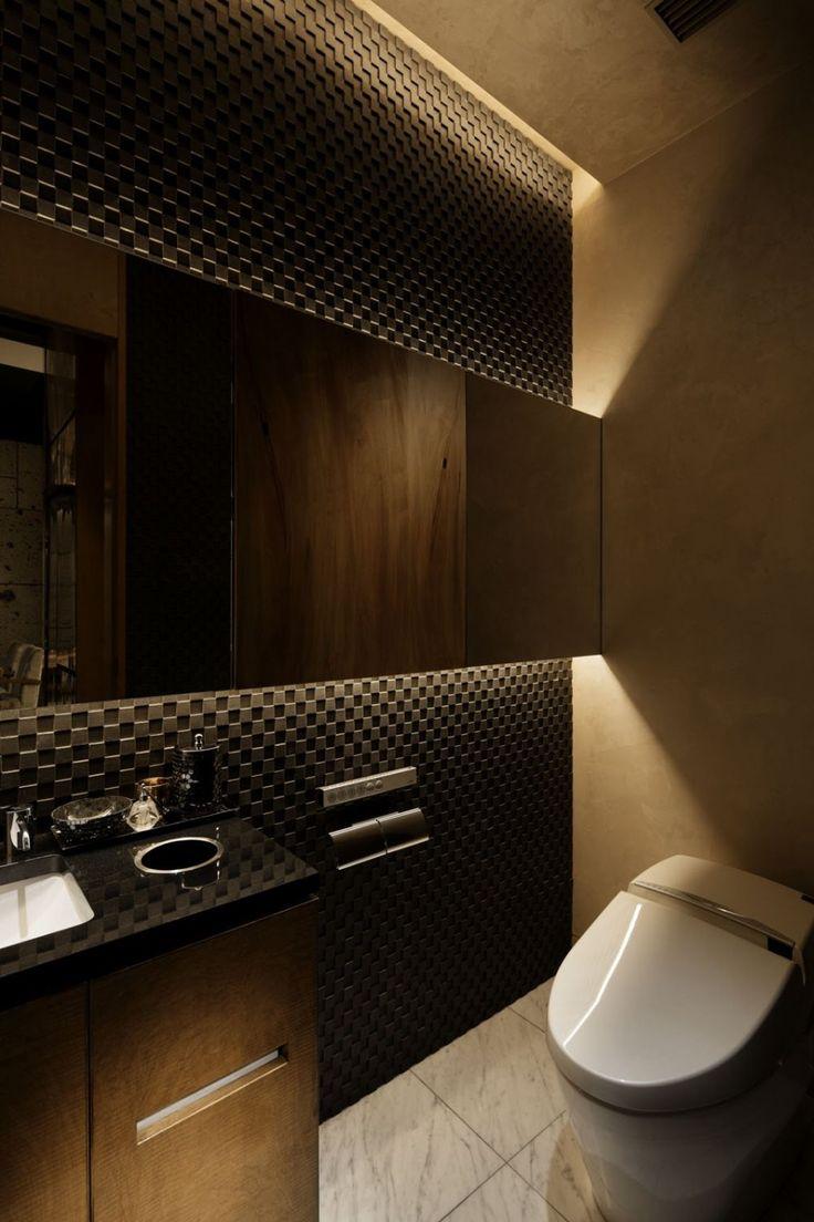 Lavabo de parede escura no espelho, com espelho retroiluminado e a outra parede em cor mais clara