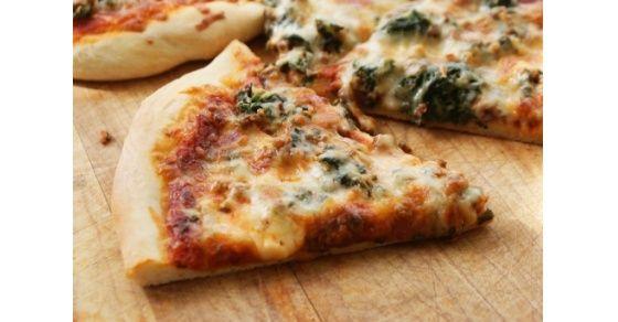 Agregar espinacas y pollo a esta pizza no solo aumenta el valor nutricional, sino que hace más divertido comer vegetales.