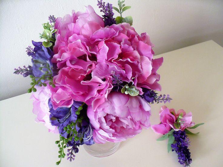 """Svatební+kytice+s+pivoňkami+a+hortenzií+Svatební+kytice+z+umělých+květů+(pivoňky,+hortenzie)+je+vhodná+pro+nevěsty,+které+trpí+alergiemi+na+květy+a+zároveň+by+chtěly+mítve+svůj+svatební+den+v+rukách+kytici+tak,+jako+každá+nevěsta.+Výhodou+takové+kytice+také+je,+že+Vám+Váš+den+""""D""""+může+připomínat+ještě+spoustu+měsíců+(možná+i+let)+po+té+:-)"""