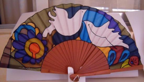 abanico de seda natural. palomas  seda,madera pintura sobre seda,montaje artesanal