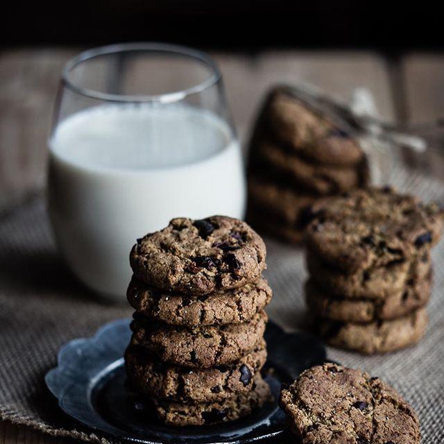 Kikärtskakor ~ dessa gick åt i ett nafs vill jag lova! Kanske att du hellre vill presentera dem som Choklad- & kardemummakakor. De bakas i alla fall på kikärtsmjöl, är naturligt glutenfria och innehåller varken ägg, mejeriprodukter, nötter eller vitt socker. Och ändå så himmelskt goda. Recept på bloggen såklart (se även länk via profil just nu). || Chickpea cookies with chocolate and cardamom. So yummy! No gluten, egg, nuts, refined sugar and also dairy free. Recipe on the blog (in Swedish…
