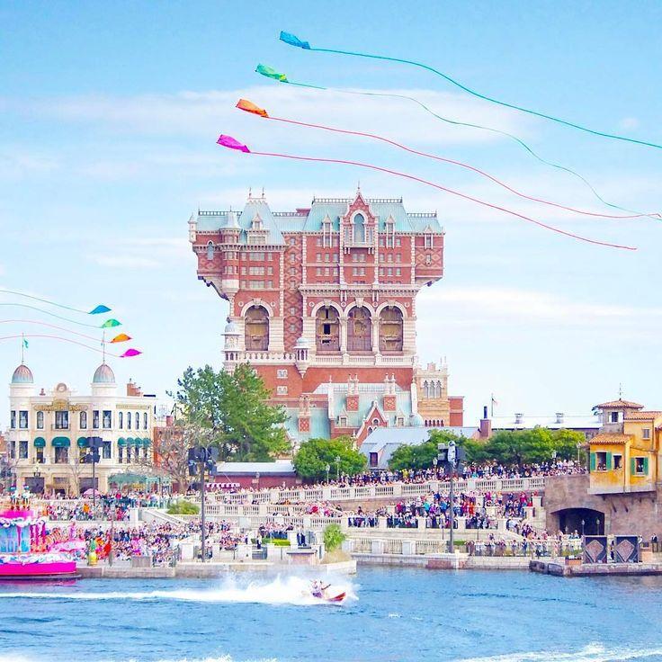 Kites above the harbor! 華やかな春の祭典🌸 (Photo:@_domeyy8) #fashionableeaster #mediterraneanharbor #disneyseaster #tokyodisnesea #ファッショナブルイースター #メディテレーニアンハーバー #ディズニーイースター #東京ディズニーシー #東京ディズニーリゾート これからもゲストのみなさんの写真をご紹介します。 #tokyodisneyresort などをつけて投稿してくださいね。詳しくは公式ブログでご案内しています。 http://www.tokyodisneyresort.jp/blog/151005/