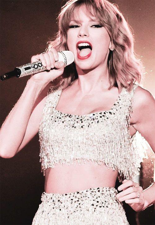 "Taylor swift singing ""Shake It Off"" at the VMA's 2014"
