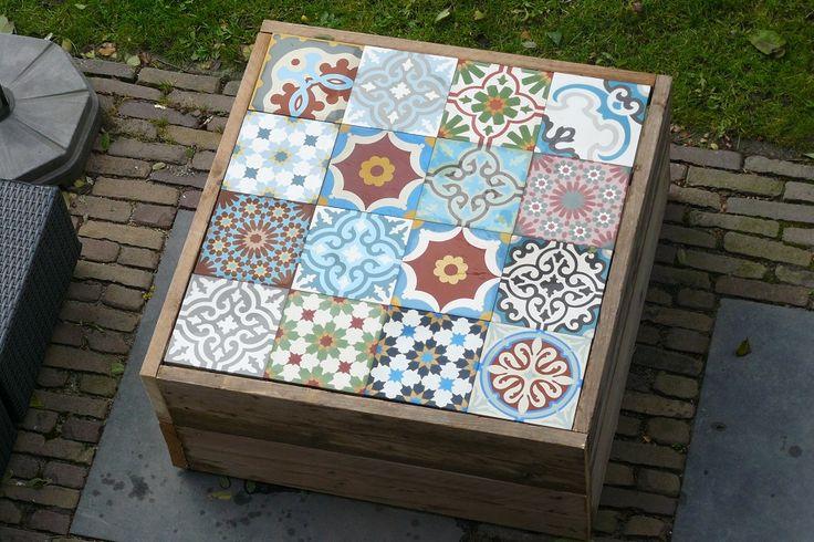 Zelf gemaakte Salontafel voor buiten met patchwork van cementtegels…