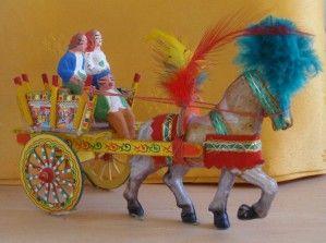 """Poupées de Sicile et Sardaigne Sicile Poupée en plastique de 20 cm tablier illustré d'une charrette traditionnelle """"carri"""" même costume pour cette poupée en plastique de 17 cm cette fois, c'est une carte de la Sicile qui figure sur son tablier Couple..."""