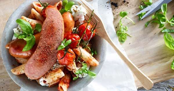 Kjøttpølse med pasta penne ovnsbakte cherrytomater og fersk mozzarella.