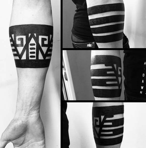 Этническая татуировка в виде браслета на руке