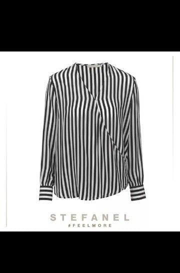 Stile optical chic con la camicia incrociata in seta a righe.  Preferite abbinarla a jeans e sneakers per il giorno o a pantaloni skinny e tacchi alti per la sera? #stefanel #fellmore #spring #summer #2014