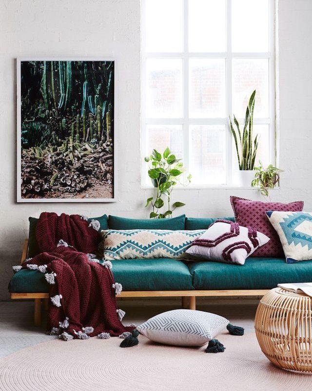 Au salon bordeaux et bleu font bon ménage sur le canapé