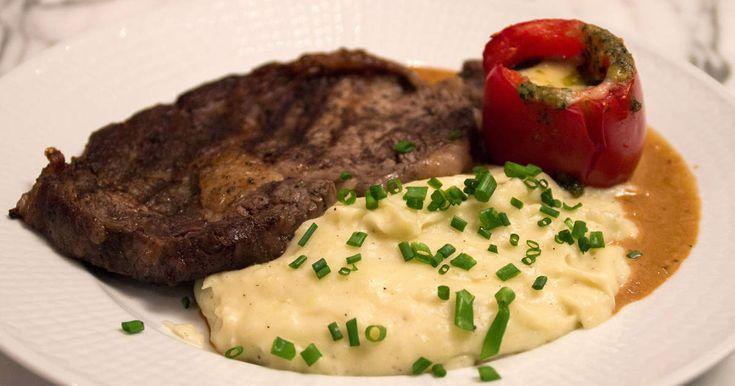 Stekt entrecote med gräddig potatispuré och en smakrik whiskysås serveras med pastofyllda tomater. En riktig festmåltid!