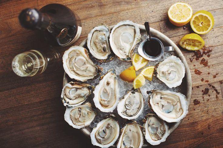 Les meilleurs restaurant huîtres à Montréal. On prend plaisir à savourer des huîtres accompagné de bulles ou d'un verre de vin blanc.
