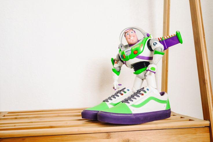 Release 29.11.2016 | 00:01 Uhr.     Inspiriert von den Original-Charakteren des Animationsfilms Toy Story, kreierte Vans eine neue DISNEY-PIXAR Toy Story Collection. Mit jedem Schuh wird ein weiteres von Andy's Lieblingsspielzeugen zum Leben erweckt. Der Animationsfilm Toy Story wurde 1995 vorgestellt und beigeistert Generationen mit seinen wundervollen Spielzeugcharakteren, die wir uns nun auch nach Hause in unsere Regale holen können - wie den x Toy Story Old Skool Buzz Lightyear…
