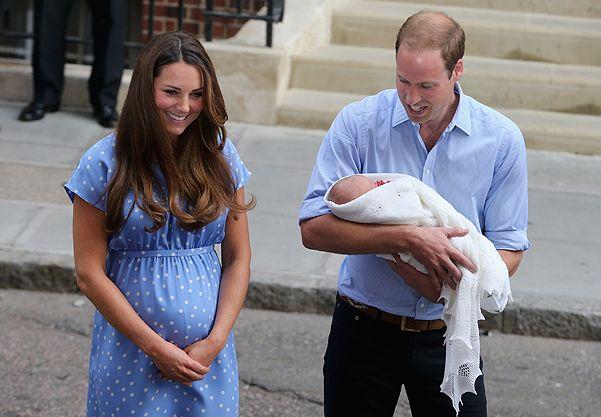 Родители с новорожденным Принцем Кембриджским покидают роддом.