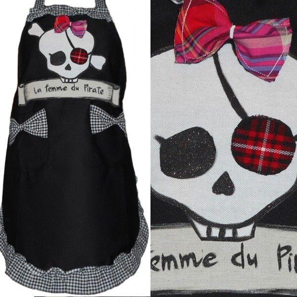 Tablier pirate pour femme, un cadeau pirate féminin avec une tête de mort fun avec son noeud rose et son bandeau sur lequel est inscrit: la femme du pirate! une création unique et artisanal