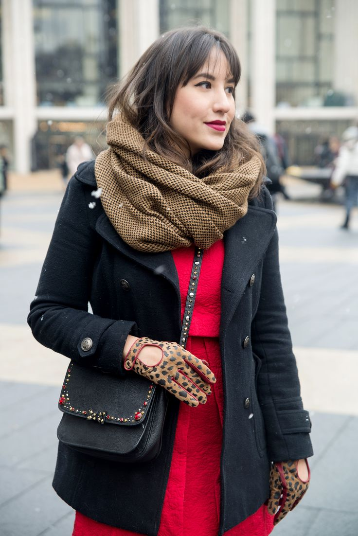 Look da Mandy: vestido vermelho Zara, casaco preto de feltro, cachecol caramelo, luva estampada de oncinha, bota preta over the knee e bolsa de couro preta com pedrarias Miu Miu. NYFW, Nova York
