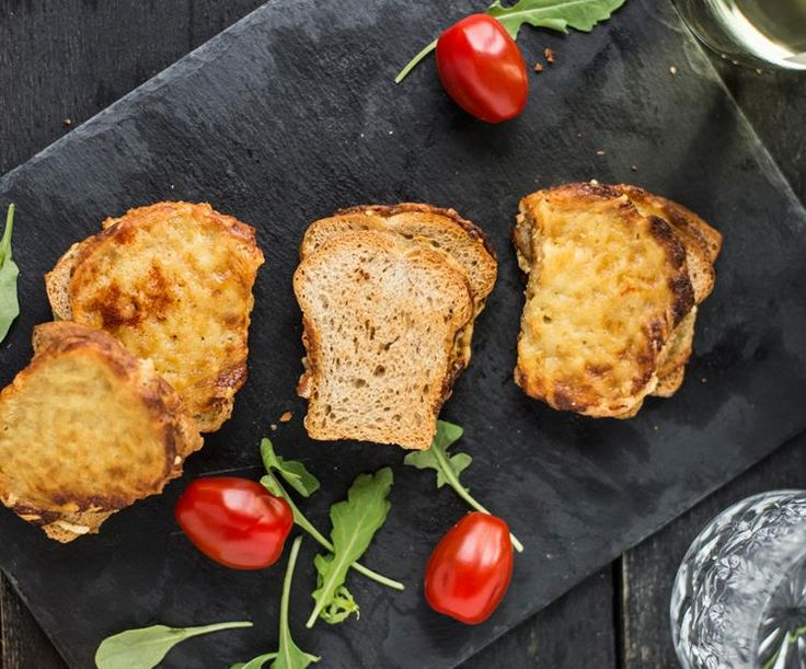 Baby Croque Monsieurs: Franse baby tosti's met boerenham en Emmenthaler kaas.