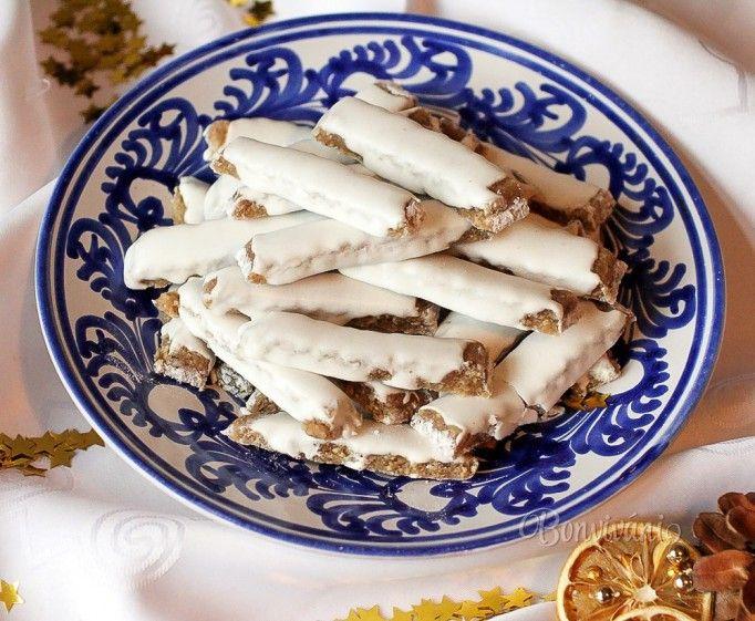 Chrumkavé vianočné koláčiky z orechov. Recept je bez múky, aj na podsýpanie pracovnej plochy použijeme práškový cukor. Po upečení ich uskladňujeme v igelitovom sáčku, kde vložíme kúsok chlebíka, alebo jabĺčka, aby tyčinky nestvrdli.