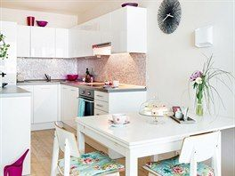 Nábytek do kuchyňského koutu vyrobil truhlář, skříňky mají povrch z lesklé fólie.