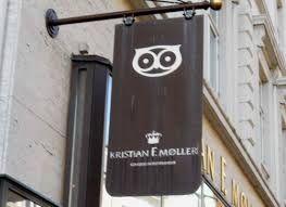 Boghandleren Kr. F. Møller på Store Torv har valgt et uglelogo som signatur.