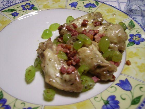 Un piatto tipicamente autunnale e tipico della storia contadina. Il pollo è tra gli alimenti che si adattano facilmente a qualsiasi tipo di piatto, in questo caso il suo gusto si fonde alla perfezione con l'uva.    Preparazione: Prendere una capiente ciotola larga e a bordi bassi dove andr