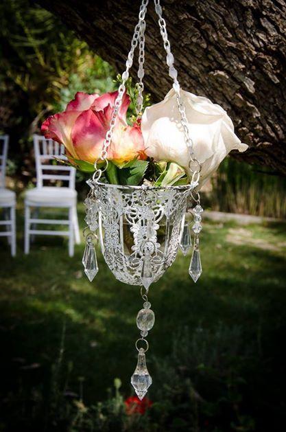 Portabelas convertido en jarrón colgante con rosas naturales dentro #boda #diseño #decoración #decoration #weddings #flowers #white http://victoriahidalgocatering.com/