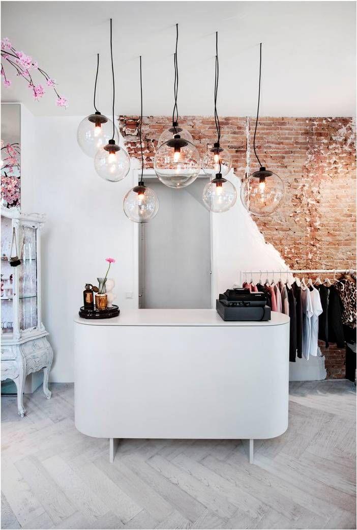 Determine alguns pontos focais dentro da sua loja e use a iluminação para chamar a atenção do seu cliente!