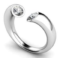Diamantring Modell Köln ab 0.20 Karat bei www.juwelierhausabt.de online bestellen. Ein Diamantring mit zwei Diamanten, die in schmalen Spiegelfassungen eingefasst sind.