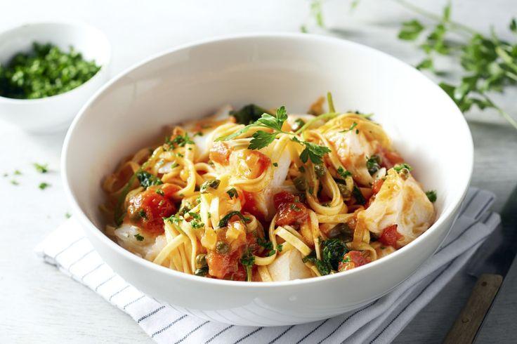 Pasta met vis, het zou gerust wat vaker op het menu mogen staan, toch? Ontdek deze fettuccine met  zachte kabeljauw in een heerlijk mediterraans tomat...