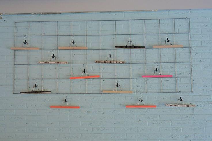Draadstaalrek (Gamma) met kapstokjes Ikea (Bumerang) om tekeningen aan op te hangen.