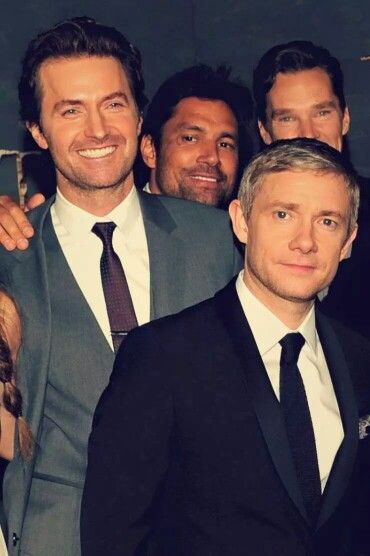 The men of the hobbit >>>> LOOK AT RICHARDS SMILE << Then we have Benedict and Manu lurking behind them...
