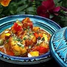 Lättlagad och smakrik kycklingrätt. Den vackra Taginegrytan är inköpt i Marocko där jag också hämtade inspiration till detta recept.