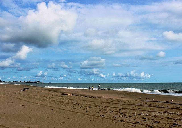 Anda tidak bisa lihat tuhan tapi bisa melihat ciptaannya.  #meulaboh #lauthindia #acehtourism #aceh #beach #view #sumatra