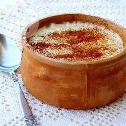 Griekse pudding is eenvoudig maar ontzettend lekker. Sommige mensen in Griekenland maken dit met eieren, maar mijn tante maakt het altijd zonder. Koud is deze pudding het lekkerst, als je zo lang kan wachten!