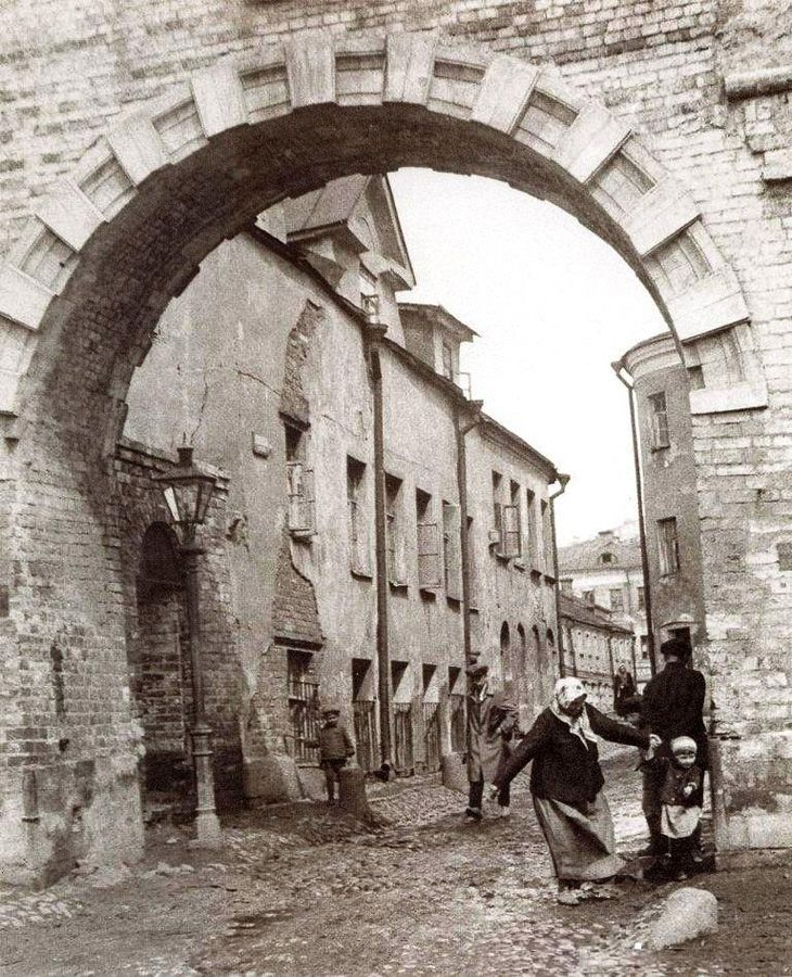 Прогуляемся по Зарядью! Проломные ворота, через которые проходит Псковский переулок.