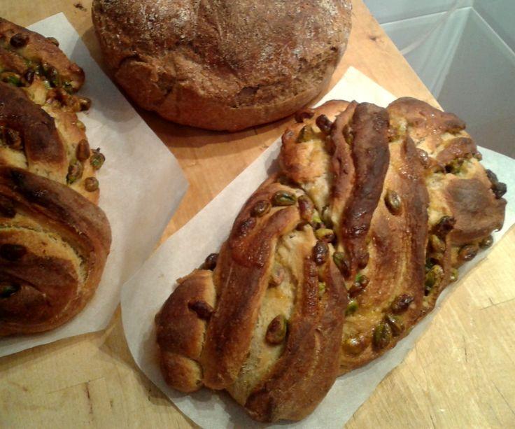 Lazo de pistacho y pan integral con centeno