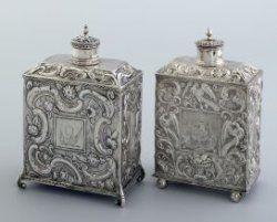 Johannes de Vries, Sneek - zilveren theebusje uit 1740.