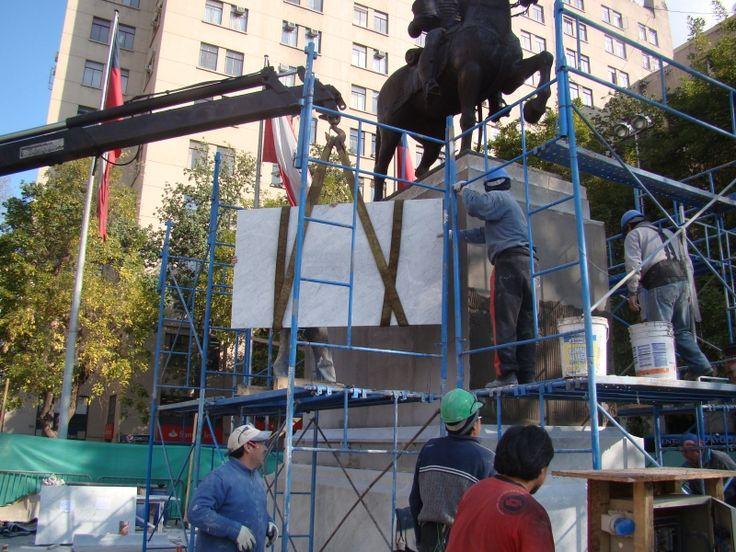 instalación mármol en monumento Jose Miguel Carrera